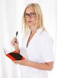 Krankenschwester mit Notizbuch Lizenzfreie Stockfotografie