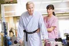 Krankenschwester mit Patienten in der Rehabilitation Stockbild