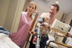 Krankenschwester mit Patienten während des Gesundheits-Checks Stockfotografie