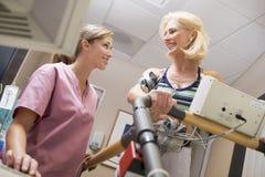 Krankenschwester mit Patienten während des Gesundheits-Checks Stockfotos