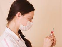 Krankenschwester mit Spritze stockfotos