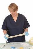 Krankenschwester mit Verbänden Stockbild