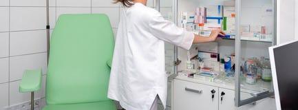Krankenschwester oder Apotheker, die Medizin an der Klinik wählen Drogerie Zeichen des Todes stockbild
