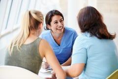 Krankenschwester-Sitzung mit Jugendlichen und Mutter Lizenzfreies Stockbild