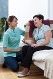 Krankenschwester Talking With Patient lizenzfreie stockfotografie