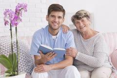 Krankenschwester und ältere Frauen auf einer Couch Lizenzfreie Stockfotografie