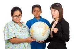 Krankenschwester und Lehrer, die auf Welt zeigen Stockfotos