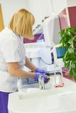 Krankenschwester Washing Dental Equipments Lizenzfreies Stockfoto