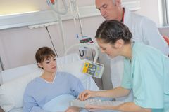 Krankenschwester, welche die Dosis gibt stockfotos