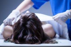 Krankenschwester, welche die Leiche umfasst Lizenzfreie Stockbilder