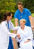 Krankenschwestergrußpatient Stockfotografie