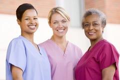 Krankenschwestern, die außerhalb eines Krankenhauses stehen Stockfoto