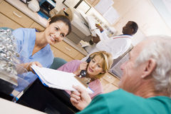 Krankenschwestern, die ein Klemmbrett übergeben werden Lizenzfreie Stockfotos
