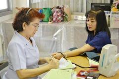 Krankenschwestern messen den Druck zum Kranken, Thailand Lizenzfreies Stockfoto