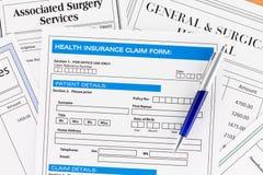 Krankenversicherung-Antragsformular mit Rechnungen Lizenzfreie Stockbilder