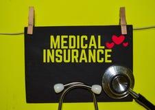 KRANKENversicherung auf gelben Hintergrund lizenzfreie stockbilder