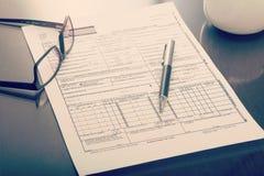 Krankenversicherungsanspruch für an Schreibtisch lizenzfreies stockfoto