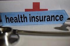 Krankenversicherungsmitteilung mit Stethoskop, Gesundheitswesenkonzept lizenzfreies stockbild