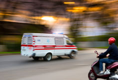 Krankenwagen in der Bewegung lizenzfreie stockfotografie