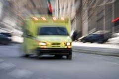 Krankenwagen, der die Straße hinuntergeht Lizenzfreie Stockbilder