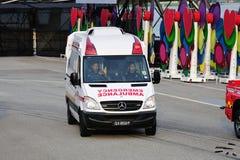 Krankenwagen der Singapur-Zivilverteidigungs-Kraft (SCDF), der eine Wendung während macht Wiederholung 2013 der Nationaltag-Parade Stockfoto