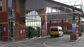 Krankenwagen an einem Krankenhaus-Eingang in England Lizenzfreies Stockfoto