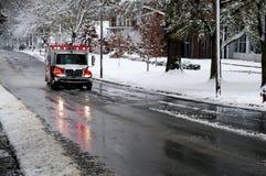 Krankenwagen an einem Snowy-Tag Lizenzfreie Stockfotos