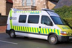 Krankenwagen in einer Straße im Vereinigten Königreich Lizenzfreie Stockfotos