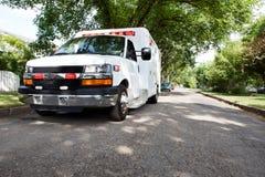 Krankenwagen im Wohngebiet stockfoto