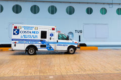 Krankenwagen in Mexiko durch Kreuzschiff Stockfotos