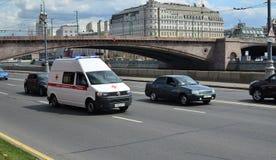 Krankenwagen mit enthaltenen speziellen Signalen verschiebt sich auf dem Kreml-EM Lizenzfreie Stockfotos