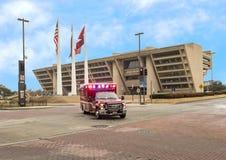 Krankenwagen vor Dallas City Hall mit Amerikaner, Texas und Stadt von Dallas Flags Lizenzfreies Stockbild