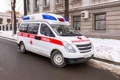 Krankenwagenauto geparkt oben in der Straße Lizenzfreie Stockfotos
