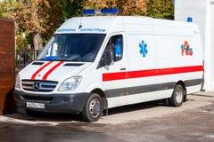 Krankenwagenauto geparkt oben in der Straße Text auf russisch: Stockfoto