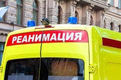 Krankenwagenauto mit blauem Blinklicht auf dem Dach Stockfotografie