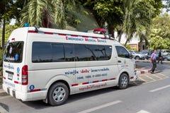 Krankenwagenauto parkte oben im thailändischen Parlament Lizenzfreie Stockbilder