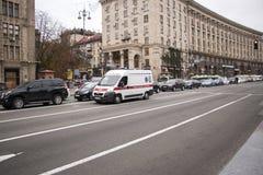 Krankenwagenfahrt hinunter die Straße Kiew Ukraine 10 10 2017 Stockbild