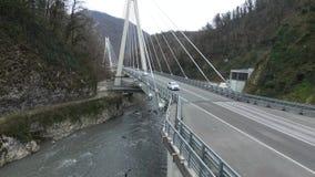 Krankenwagenfahrten über der Brücke in Sochi stock video