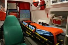 Krankenwageninnendetails - Mannschaft der ersten Hilfe Lizenzfreie Stockbilder