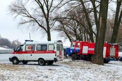 Krankenwagenmannschaften und das Notministerium am Ort des Autos Lizenzfreies Stockfoto