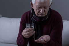 Kranker älterer Mann, der Medikament nimmt Lizenzfreie Stockfotografie