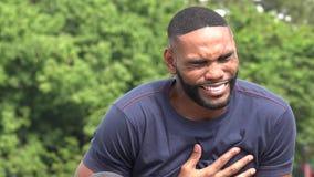 Kranker afrikanischer erwachsener Mann stock footage