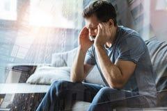Kranker deprimierter Mannsitzen- und -gefühlsvati selbst Lizenzfreie Stockfotos
