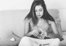 Kranker der jungen Frau im Bettkranken mit der Temperatur Schwarzweiss Lizenzfreies Stockbild