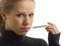 Kranker Frauenholdingthermometer Stockfoto