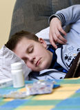 Kranker Jugendlicher, der mit Pillen schläft Lizenzfreies Stockfoto