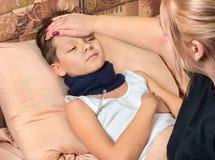 Kranker Junge im Bett stockfoto