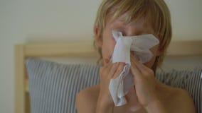 Kranker kleiner Junge in einem Bett Babygrippekonzept stock footage