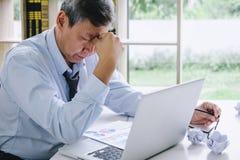 Kranker und müder, älterer Geschäftsmann deprimiert und, Geschäftsmann an seinem Schreibtisch erschöpft frustriert mit Problemen  lizenzfreies stockbild