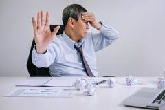 Kranker und müder, älterer Geschäftsmann glauben deprimiert und, Geschäftsmann an seinem Schreibtisch erschöpft frustriert mit Pr stockfoto